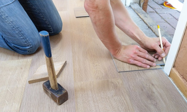 Jak wyrównać podłogę pod panele?