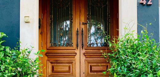 Drzwi zewnętrzne dwuskrzydłowe – jak wybrać odpowiednie dla naszego domu?