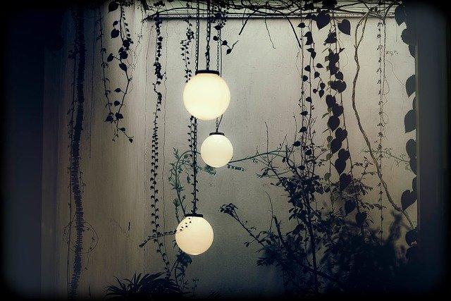 Dodatkowe światło w ogrodzie za pomocą lampek solarnych